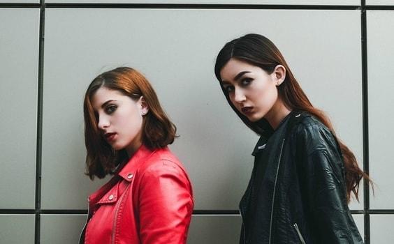 無表情で写真に写る女性2人