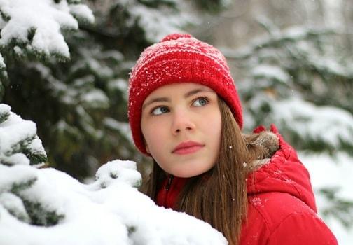 赤い帽子と赤いジャケットを身に着けた女性