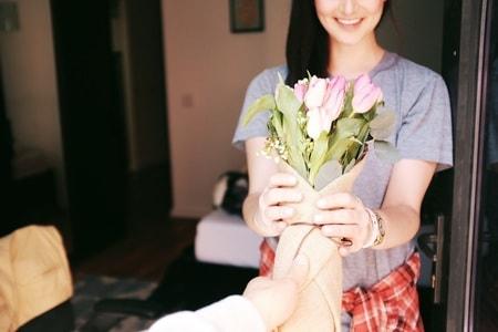 花をもらって喜ぶ女性
