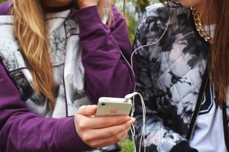 iPhoneで音楽を共有し合う2人