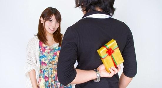 彼女にサプライズのプレゼントをあげようとしている男性